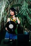 Il cocktail castana del bikini del partito tropicale di verde della ragazza della discoteca dell'estate dell'attrezzatura dei gio Fotografie Stock Libere da Diritti