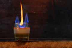 Il cocktail dell'alcool B52 ha sparato su fondo di legno scuro fotografia stock libera da diritti
