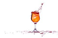Il cocktail spruzza mentre il ghiaccio è gettato dentro Fotografie Stock Libere da Diritti