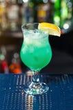 Il coctail blu decora dal limone Cocktail classici dell'alcool fotografia stock libera da diritti