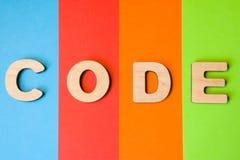 Il codice di parola è composto di lettere 3D è in un fondo di 4 colori: blu, rosso, arancia e verde Illustrazione della lingua di Fotografia Stock