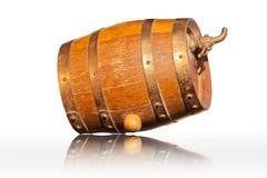 Il cognac nei barilotti della quercia ha isolato Immagini Stock
