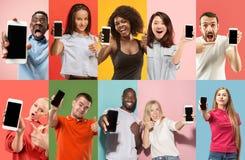 Il collage circa sorpreso, sorridendo, gente felice e stupita che mostra schermo in bianco dei telefoni cellulari immagini stock libere da diritti