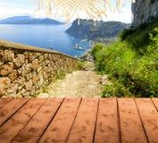 Il collage dal pavimento di legno e dalla vista dell'isola di Capri, Italia Fotografia Stock