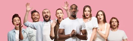 Il collage dei fronti della gente sorpresa sugli ambiti di provenienza rosa Emozioni umane, concetto di espressione facciale immagini stock