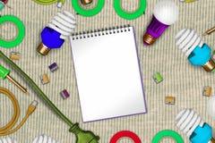 Il collage elettrico su cotone allineato con le pagine del blocco note ed il usb aperti cabla, saldatoi, le lampade di powersave, Fotografie Stock Libere da Diritti
