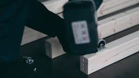 Il collettore della mobilia avvita la ruota stock footage