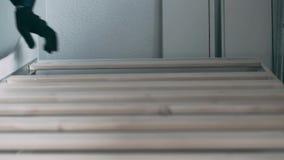 Il collettore della mobilia mette le travi trasversali al letto archivi video
