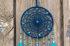 Il collettore di sogno fatto a mano con i fili delle piume e le perle rope l'attaccatura immagini stock