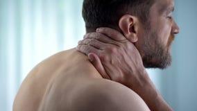 Il collo commovente maschio, forte tomaia ritenente di spasmo posteriore, ha pizzicato il nervo, disagio fotografie stock libere da diritti