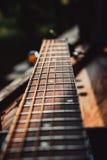 Il collo del colore scuro della vecchia chitarra Fotografie Stock