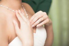 Il collo della sposa con la collana Immagini Stock Libere da Diritti