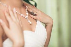 Il collo della sposa con la collana Immagine Stock