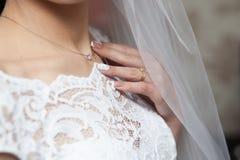 Il collo della sposa con la collana Immagine Stock Libera da Diritti