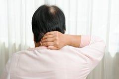 Il collo e la spalla fanno soffrire, donna anziana che soffrono dal collo e ferita sulla spalla, concetto di problema sanitario fotografia stock libera da diritti