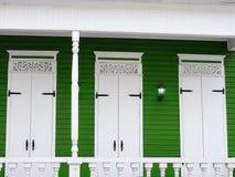 Il coloniale tipico di elevazione bianca verde alloggia la Repubblica dominicana Immagine Stock Libera da Diritti