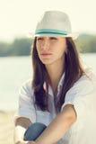 Il colore caldo ha tonificato il ritratto della giovane donna alla spiaggia Immagine Stock