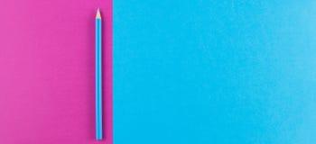 Il colore creativo minimo incarta il fondo piano della composizione nella geometria con la matita blu di colore fotografie stock