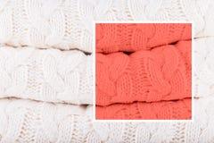 il colore 2019 del corallo di anno tricotta il mucchio Concetto accogliente caldo di colori di modo e della casa fotografia stock libera da diritti