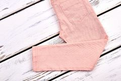 Il colore di color salmone delle ragazze intasca i pantaloni Immagine Stock
