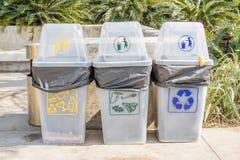 Il colore differente su plastica ricicla i recipienti in parco pubblico Fotografie Stock Libere da Diritti