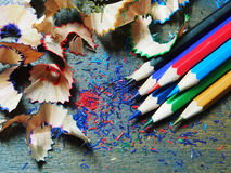 Il colore disegna a matita i trucioli sulla tavola di legno Fotografia Stock Libera da Diritti