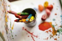 Il colore disegna a matita il primo piano sulla pittura del bambino Immagine Stock