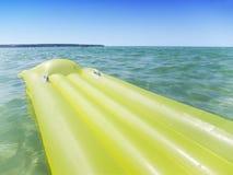 Il colore giallo airbed nel mare Fotografia Stock