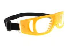 Il colore giallo protegge gli occhiali di protezione dell'occhio con priorità bassa bianca fotografia stock libera da diritti