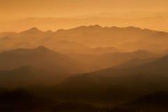 Il colore marrone di crepuscolo ha livelli di montagne Fotografia Stock