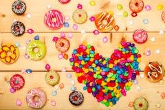 Il colore pastello delle guarnizioni di gomma piuma dolci con cuore ha modellato su fondo di legno Immagine Stock Libera da Diritti