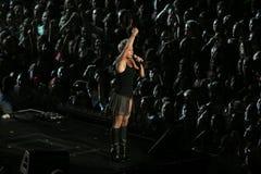 Il colore rosa del cantante effettua sul palco Fotografie Stock Libere da Diritti