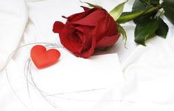 Il colore rosso è aumentato per il giorno del `s del biglietto di S. Valentino Immagini Stock Libere da Diritti
