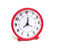 Il colore rosso dell'orologio del cerchio su fondo bianco isolato Immagini Stock