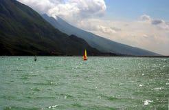 Il colore rosso e Yelow navigano il Windsurfer su un lago Immagini Stock