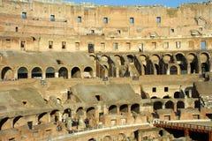 Il Colosseum romano, le rovine dei basamenti fotografia stock