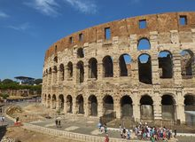 Il Colosseum romano, vista dal quadrato di Piazza del Colosseo Il Lazio Immagine Stock