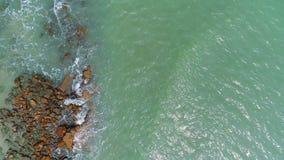 Il colpo aereo basso che sorvola il mare ondeggia lo schianto sulla roccia video d archivio