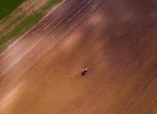 Il colpo aereo di un agricoltore che semina, seminante pota al campo Immagine Stock