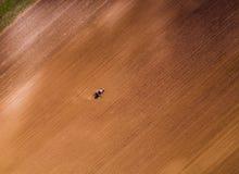Il colpo aereo di un agricoltore che semina, seminante pota al campo Fotografia Stock Libera da Diritti