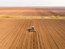Il colpo aereo di un agricoltore che semina, seminante pota al campo Fotografie Stock