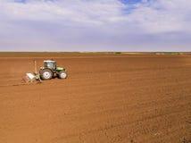 Il colpo aereo di un agricoltore che semina, seminante pota al campo Immagini Stock Libere da Diritti