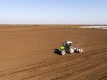 Il colpo aereo di un agricoltore che semina, seminante pota al campo Immagini Stock
