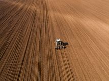 Il colpo aereo di un agricoltore che semina, seminante pota al campo Immagine Stock Libera da Diritti