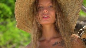 Il colpo anteriore di bella donna bionda cammina sulla spiaggia selvaggia soleggiata video d archivio