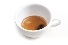 Il colpo del caffè espresso nella tazza di caffè su fondo bianco ha isolato lo spirito Immagini Stock