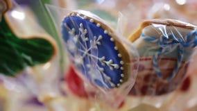 Il colpo del primo piano dei biscotti tradizionali del pan di zenzero ha venduto al festival di Natale stock footage