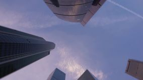 Il colpo di angolo basso della macchina fotografica che gira davanti a moderno, grattacieli ha fatto di vetro video d archivio