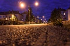 Il colpo di angolo basso di una via si è acceso meravigliosamente con le luci gialle Immagine Stock Libera da Diritti