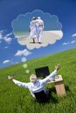 Uomo d'affari che sogna lo scrittorio Gree di pensione di vacanza Fotografia Stock